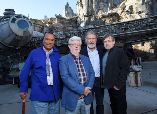 Billy Dee Williams, George Lucas, Harrison Ford und Mark Hamill vor dem Millennium Falcon at Star Wars: Galaxy's Edge at Disneyland Park, California Fotos: Richard Harbaugh/Disneyland Resort